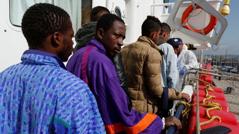 Italien: Flüchtlinge auf einem Rettungsschiff vor der Küste von Sizilien.