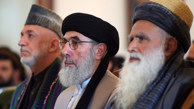 Gulbuddin Hekmatjar: Gulbuddin Hekmatjar beim Empfang des afghanischen Präsidenten Aschraf Ghani zwischen Ex-Präsident Hamid Karsai (l.) und dem früheren Mudschaheddin-Anführer Abdul Rasul Sajaf