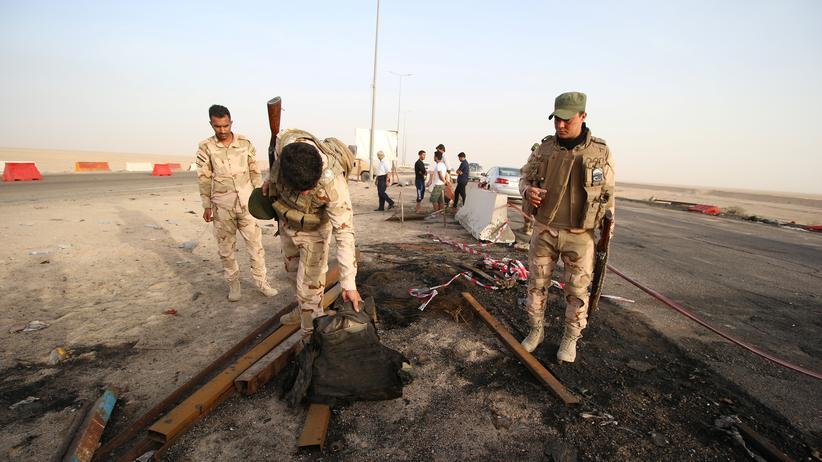Irak: Soldaten untersuchen einen Anschlagsort in der Nähe von Basra.