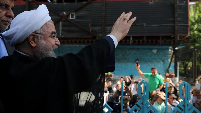 Präsident Hassan Ruhani grüßt seine Anhänger.