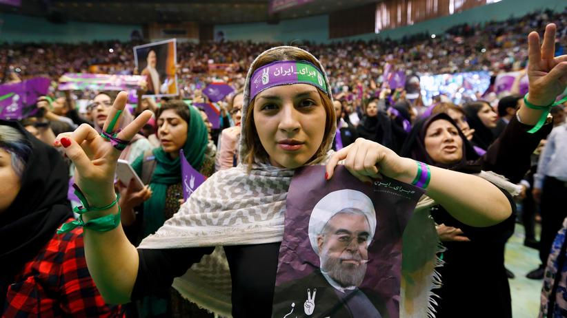 Präsidentschaftswahlen Anhängerinnen von Amtsträger Hassan Ruhani auf einer Wahlveranstaltung