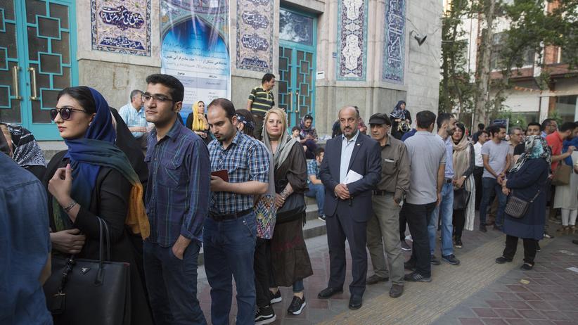 Iran: Wartende Personen vor einem Wahllokal in Teheran