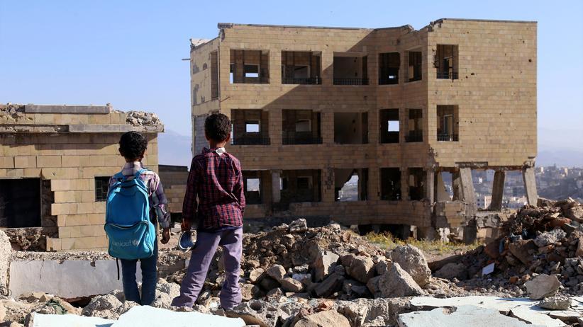 Krieg in Jemen: Jemenitische Schulkinder sehen eine Schule an, die bei einem Luftangriff in der südjemenischen Stadt Taez beschädigt wurde.