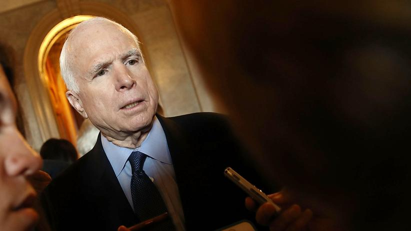 John McCain: Der US-Senator John McCain bei einem Interview im Kapitol