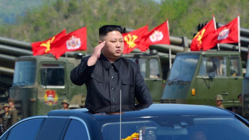 Nordkoreas Machthaber Kim Jong Un bei einer Militärparade.
