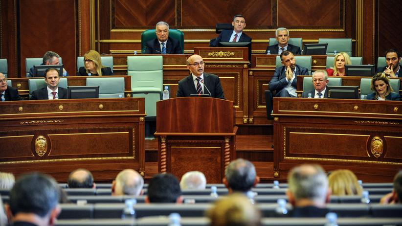 Kosovo: Ministerpräsident des Kosovo, Isa Mustafa, spricht im Parlament in Pristina.