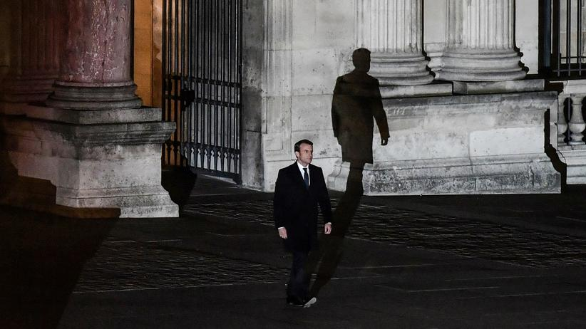 Kulturpolitik in Frankreich: Schatten auf dem Louvre. Am Abend seines Wahlsiegs wählte Emmanuel Macron den alten Königspalast, den Louvre, für seinen ersten Auftritt als Präsident.