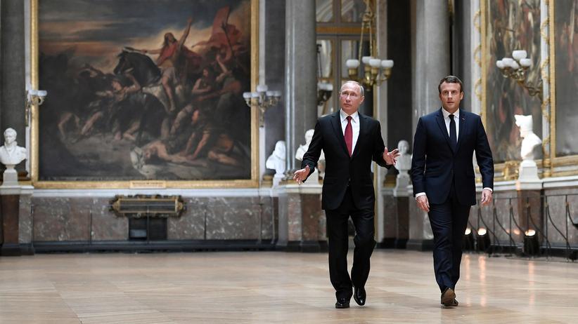 Macron und Putin: Im Gleichschritt