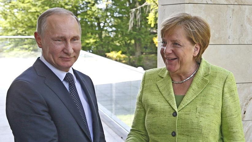 Russland: Russlands Präsident Putin und Kanzlerin Merkel zu Beginn ihres Treffens in Sotschi