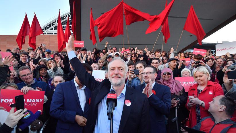 Wahl in Großbritannien: Die Bewegung, die ihm zum Sieg verhelfen soll: Labour-Chef Jeremy Corbyn spricht vor Momentum-Anhängern in Manchester.