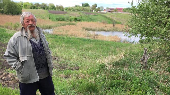 Der Freiheitskämpfer Mykola Matusewitsch im Garten seiner Schwester