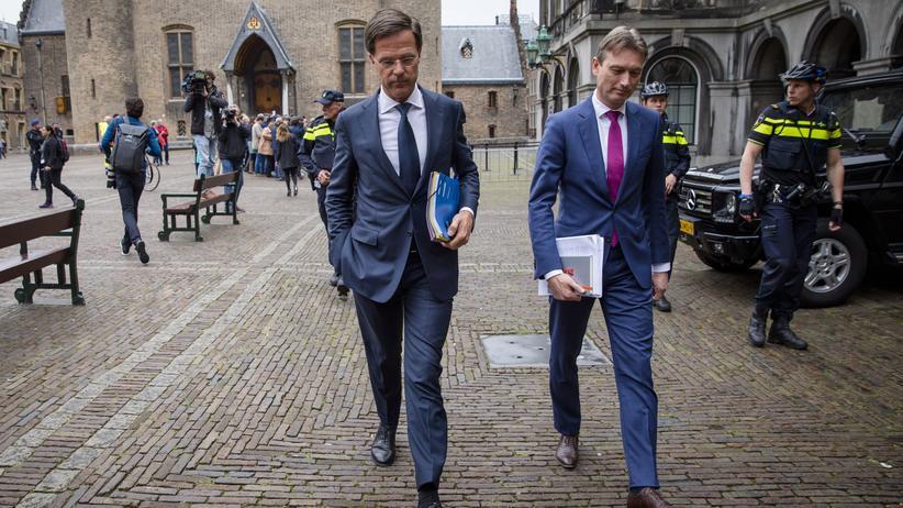 Niederlande: Der Ministerpräsident der Niederlande, Mark Rutte (m), und ein Mitglied der VVD-Partei verlassen die Koalitionsverhandlungen in Den Haag.