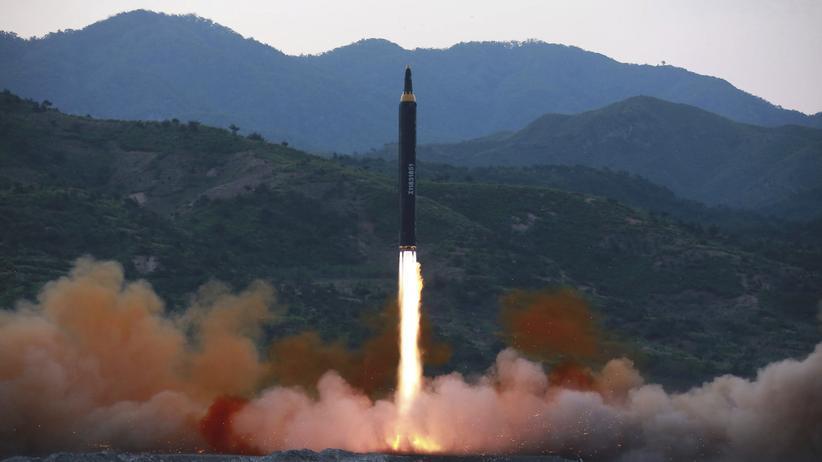 Kim Jong Un: Das von Nordkorea veröffentlichte Foto soll den Test der Rakete Pukguksong-2 zeigen.