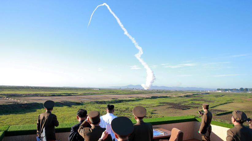 Nordkorea: Der nordkoreanische Diktator Kim Jong Un bezeugt den Test eines Luftabwehrsystems.