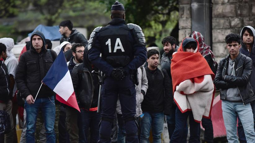 Frankreich: Ein Polizist bewacht die Evakuierung des Flüchtlingslagers in Paris