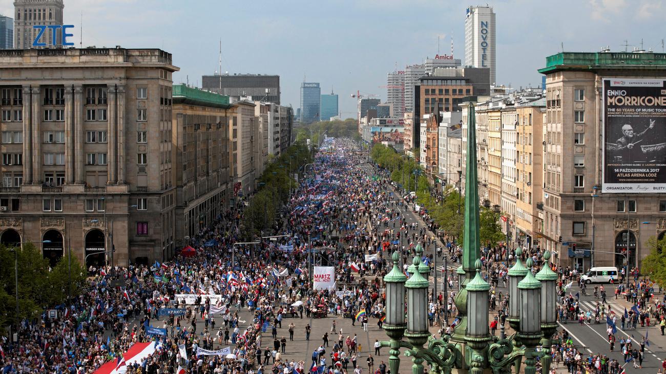warschau tausende demonstrieren gegen polnische regierung. Black Bedroom Furniture Sets. Home Design Ideas