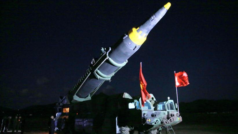 Wladimir Putin: Nordkoreas Präsident Kim Jong Un inspiziert die Langstreckenrakete Hwasong-12, die nach nordkoreanischen Angaben einen Nuklearsprengkopf tragen kann. Das Bild wurde von der staatlichen Nachrichtenagentur KCNA verbreitet  und kann nicht unabhängig überprüft werden.