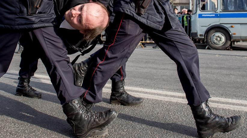 Amnesty International: In Moskau wird ein Mann nach einer Demonstration fesgenommen.