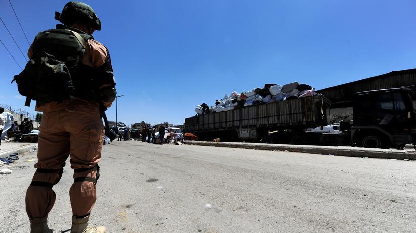 Syrien: Ein russischer Soldat überwacht die Evakuierung von Menschen aus Homs.