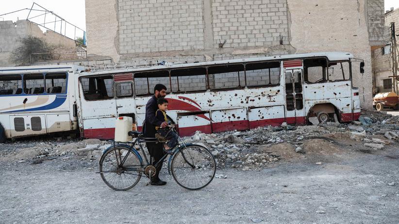 Syrien: Ein Mann und ein Kind in einer von Rebellen kontrollierten Stadt bei Damaskus