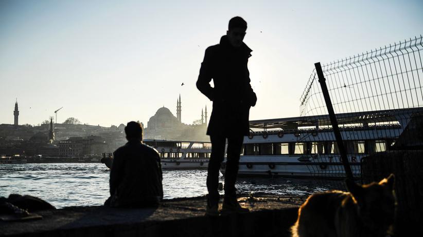 Türkei: Personen im Istanbuler Stadtteil Karaköy