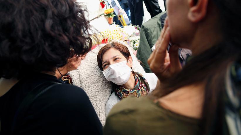 Nuriye Gülmen : Nuriye Gülmen bei einer Protestaktion in Ankara