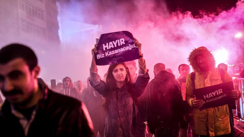 Abdüllatif Şener: Eine Demonstrantin protestiert gegen die Verfassungsänderung in der Türkei.