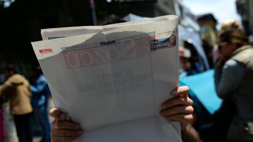 """Türkei: Ein Leser mit der Spezialausgabe der """"Sözcü"""""""