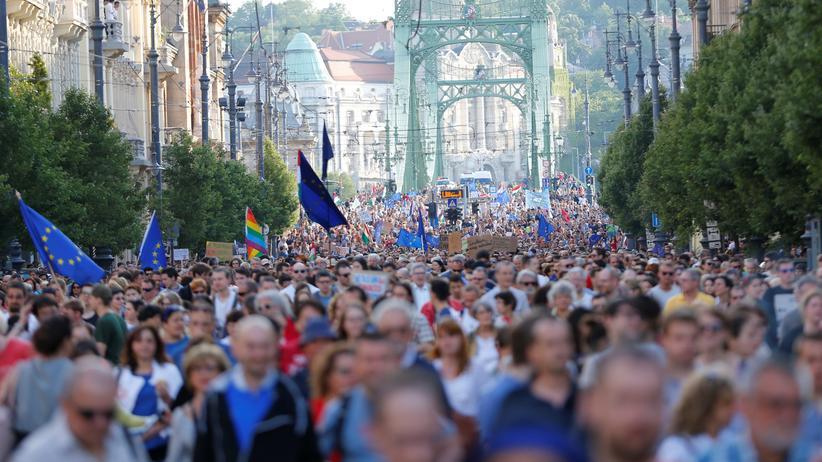 Ungarn: Zehntausende demonstrieren gegen Orbán