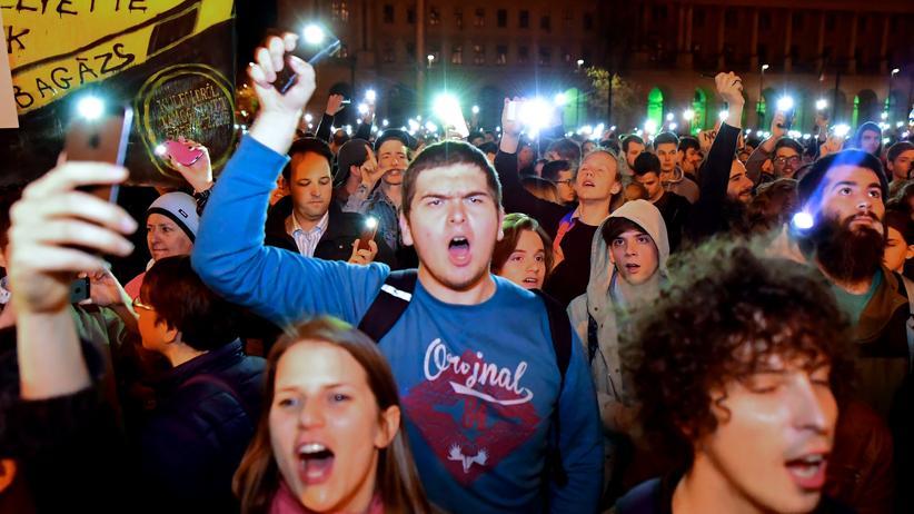 Ungarn: Demonstranten protestieren gegen die ungarische Regierung in Budapest.