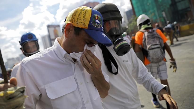 Venezuela: Der venezolanische Oppositionsführer Henrique Capriles nach einem Tränengasangriff der Polizei in Caracas