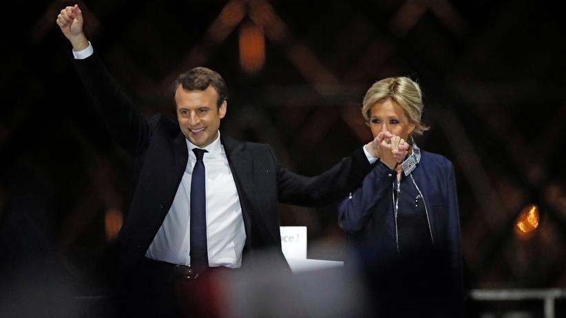 Wahl in Frankreich: Der neu gewählte Präsident Frankreichs, Emmanuel Macron und seine Frau Brigitte Trogneux