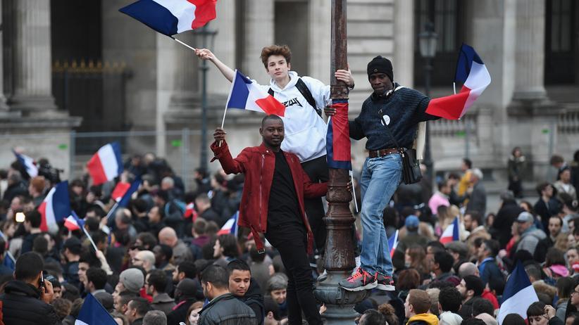 Wahlanalyse: Unterstützer von Emmanuel Macron am Wahlabend vor dem Louvre in Paris