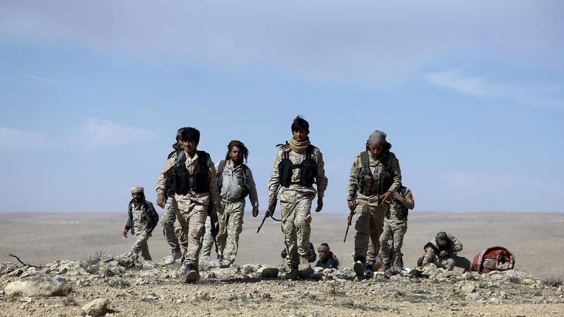 Türkei: Kämpfer der syrischen Demokratischen Kräften (SDF) versammeln sich am Rande der Stadt Al-Schadadi in der nordöstlichen syrischen Provinz Hassaka.
