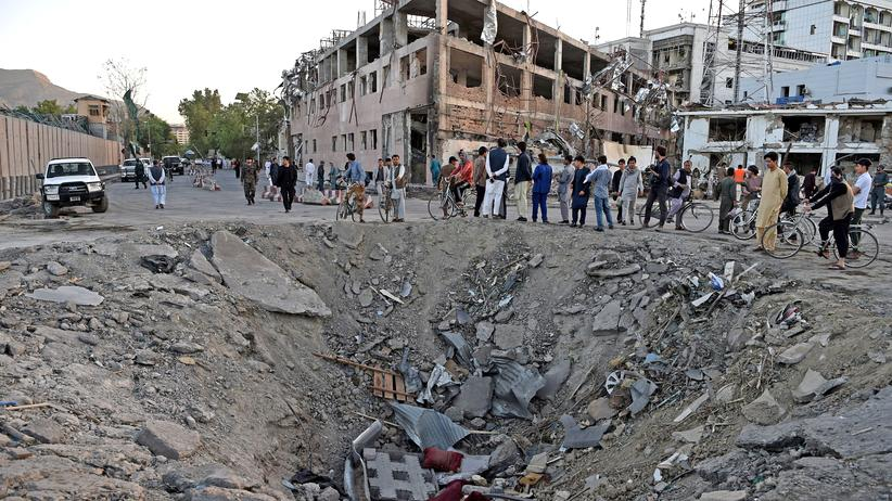 Afghanistan: Krater nahe der deutschen Botschaft, der beim Anschlag im Kabuler Diplomatenviertel entstand