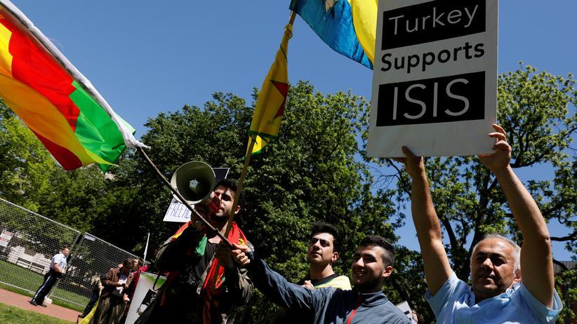 Demonstranten protestieren vor der türkischen Botschaft.