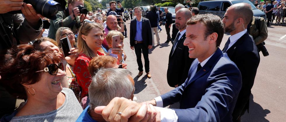 Präsident Emmanuel Macron grüßt seine Anhänger.