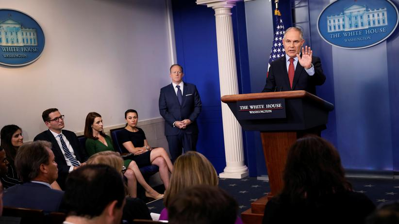 Ausstieg aus Klimaabkommen: EPA-Chef Scott Pruitt (rechts) und Regierungssprecher Sean Spicer bei einer Pressekonferenz