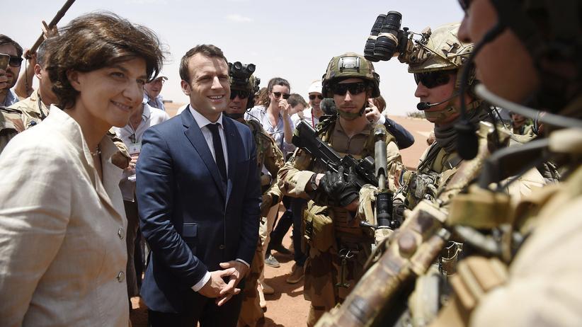 Sylvie Goulard: Mitte Mai noch an der Seite von Emmanuel Macron: Sylvie Goulard zusammen mit dem französischen Präsidenten auf Truppenbesuch in Mali
