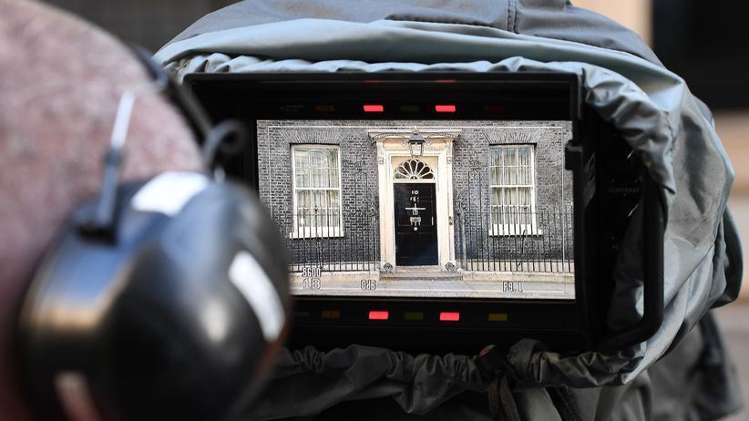 Presseschau zu Großbritannien-Wahl: 10 Downing Street, Sitz der britischen Premierministerin, im Kontrolldisplay einer Fernsehkamera