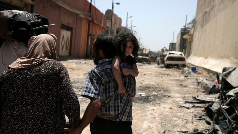 Anti-IS-Kampf: Eine Familie flieht vor den Kämpfen zwischen dem IS und der irakischen Armee in Mossul.