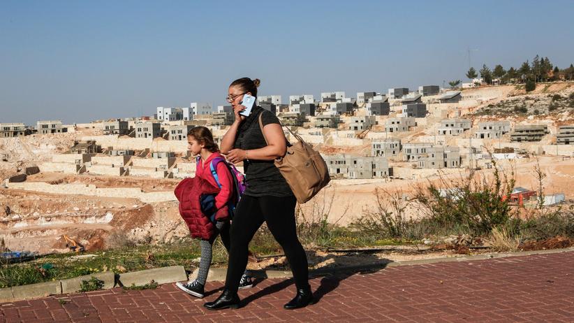 Israel: Zwei israelische Frauen vor einer israelischen Siedlung im Westjordanland