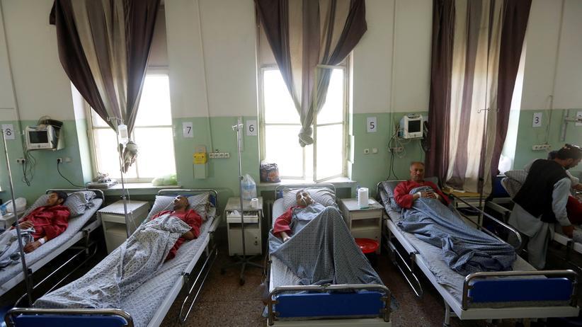 Anschlag in Kabul: Verletzte werden in einem Kabuler Krankenhaus behandelt.