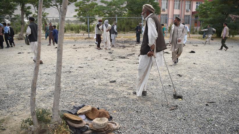 Anschlag in Afghanistan: Eine Beerdigung eines der Opfer des Anschlags in Kabul wurde zum Ziel eines erneuten Attentats.