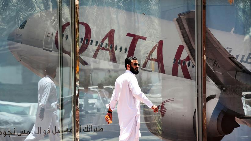 Ein Mann läuft auf dem Flughafen in Riad am verlassenen Bereich von Qatar Airways vorbei.