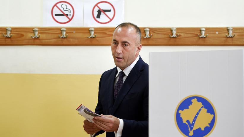 Prishtinë: Der ehemalige Ministerpräsident Ramush Haradinaj, Spitzenkandidat der Allianz für die Zukunft des Kosovo (AAK), gibt in Prishtinë seine Stimme ab.