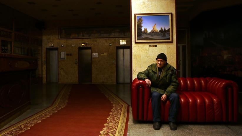 Ukraine: Anatoli passt auf: Wer nach oben will im Hotel Luhansk, muss an ihm vorbei.