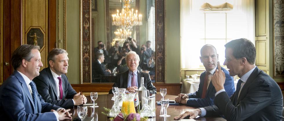 D66-Parteiführer Alexander Pechtold, Sybrand Buma von der CDA, der Vermittler Herman Tjeenk Willink, Gert-Jan Segers von der ChristenUnie und Premier Mark Rutte (v.l.n.r.) während eines Gesprächs in Den Haag über eine künftige Koalition.