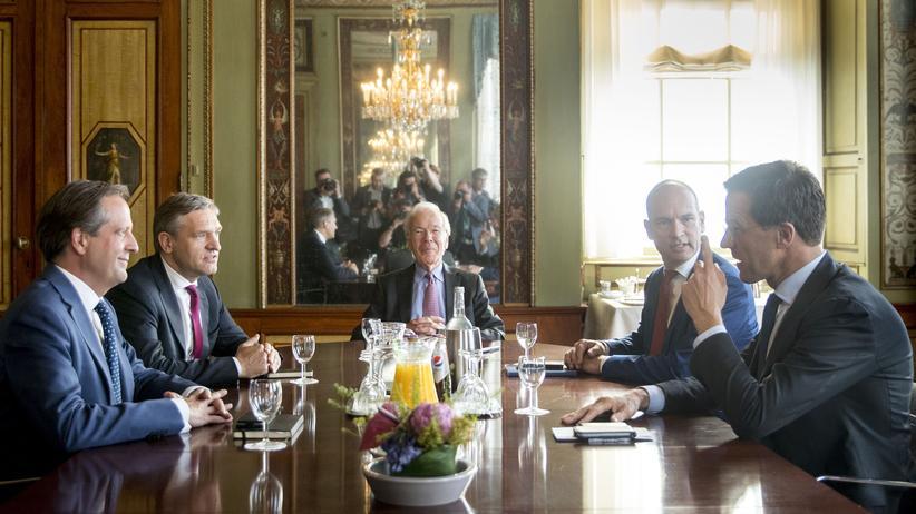 Niederlande: D66-Parteiführer Alexander Pechtold, Sybrand Buma von der CDA, der Vermittler Herman Tjeenk Willink, Gert-Jan Segers von der ChristenUnie und Premier Mark Rutte (v.l.n.r.) während eines Gesprächs in Den Haag über eine künftige Koalition.