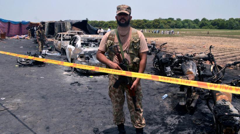 Pakistan: Ein Soldat am Unglücksort